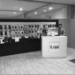 Colaborador da iLoja®, na loja do Porto.